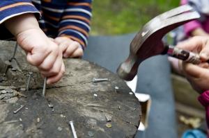 Under pedagogernas överinseende utforskar barnen verktyg.